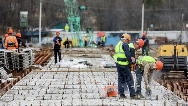 Рабочие во время строительства моста 360