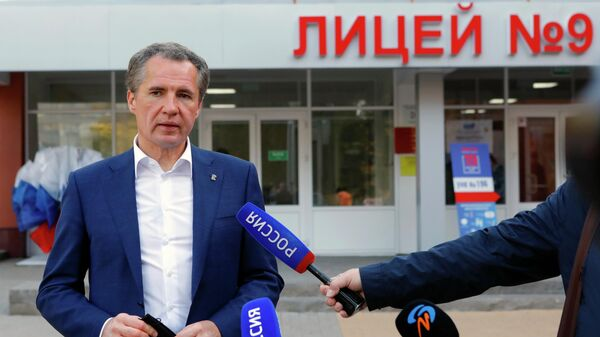 Временно исполняющий обязанности губернатора Белгородской области Вячеслав Гладков отвечает на вопросы журналистов после голосования на избирательном участке в Белгороде