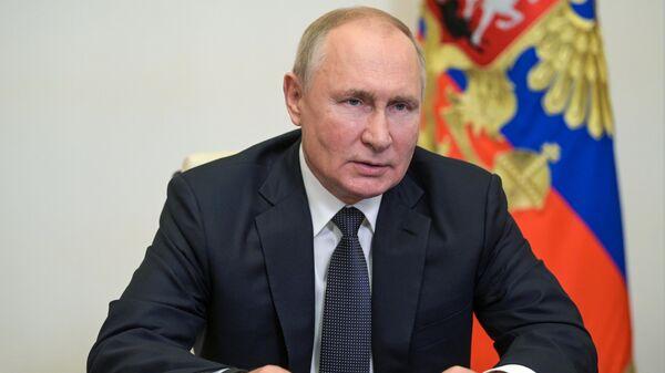 Президент РФ Владимир Путин во время встречи в режиме видеоконференции с губернатором Санкт-Петербурга Александром Бегловым