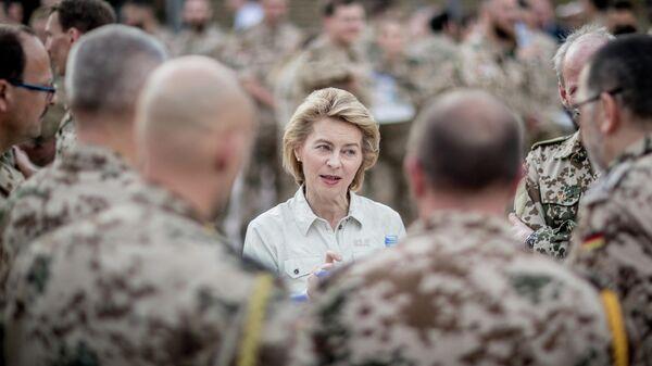 Урсула фон дер Ляйен разговаривает с немецкими солдатами на военной базе Кэмп-Мармал в Афганистане