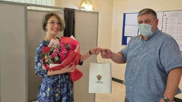 Сотрудники посольства России в Катаре поздравили с участием в выборах студентку из России Далью Аль-Шериф