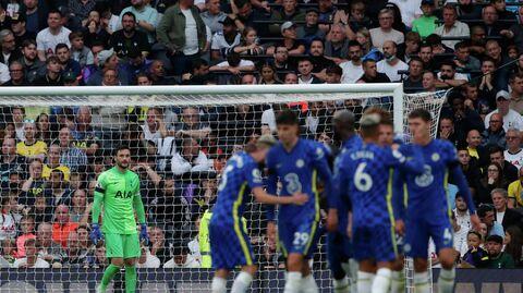 Игроки Челси радуются забитому голу в матче с Тоттенхэмом.
