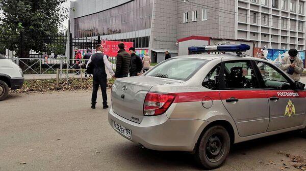 Автомобиль Росгвардии рядом с территорией Пермского государственного университета, где произошла стрельбы