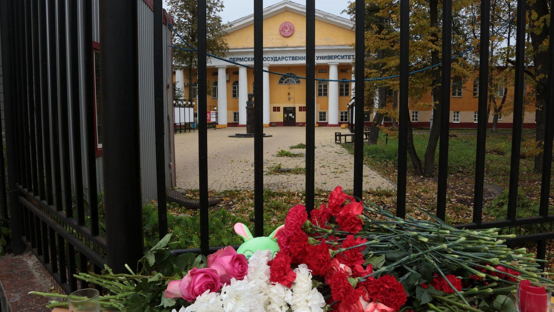 Цветы  в память о погибших в результате стрельбы в Пермском университете - РИА Новости, 1920, 26.09.2021