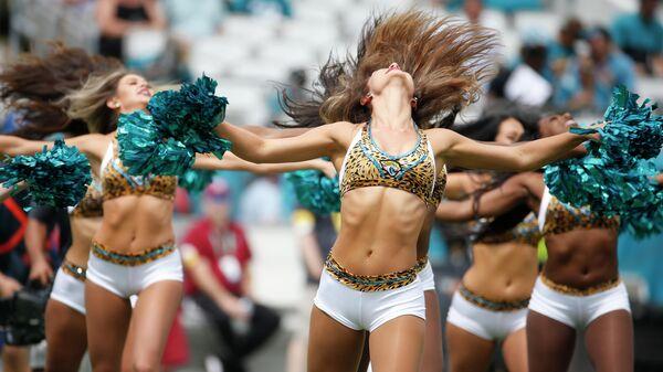 Чирлидеры Jacksonville Jaguars выступают во время первой половины футбольного матча NFL между Jacksonville Jaguars и Denver Broncos , штат Флорида