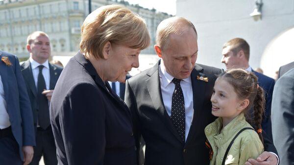 Президент РФ Владимир Путин и канцлер ФРГ Ангела Меркель после церемонии возложения цветов к Могиле Неизвестного солдата в Александровском сад