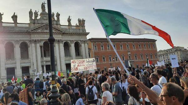 Акция протеста против коронавирусных сертификатов в Риме