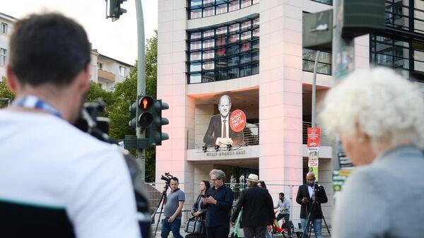 Журналисты у здания Вилли-Брандт-Хаус в Берлине, в котором располагается штаб-квартира Социал-демократической партии Германии (СДПГ), в день выборов в  Бундестаг