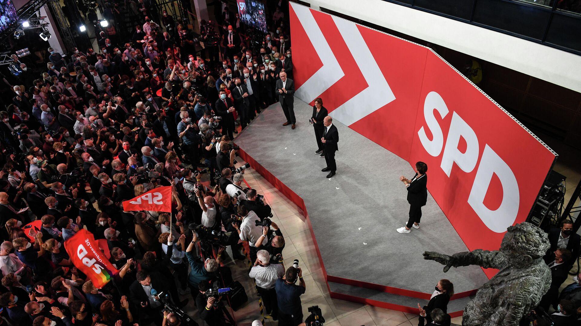 Лидер Социал-демократической партии (СДПГ) Олаф Шольц со сторонниками после объявления результатов экзит-поллов на выборах в Берлине, Германия - РИА Новости, 1920, 27.09.2021