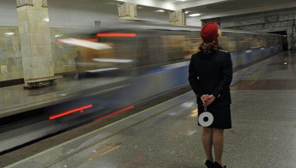 Сотрудница московского метрополитена на станции Партизанская. Архивное фото