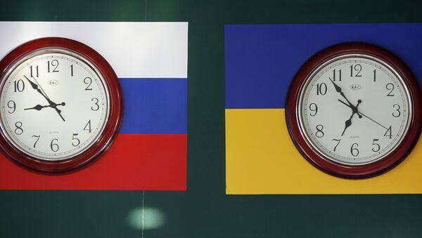 Часы, показываеющее московское и киевское время, в здании порта Крым
