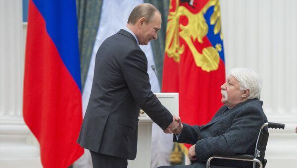Владимир Путин (слева) и режиссер анимационного кино Эдуард Назаров. Фото с места события