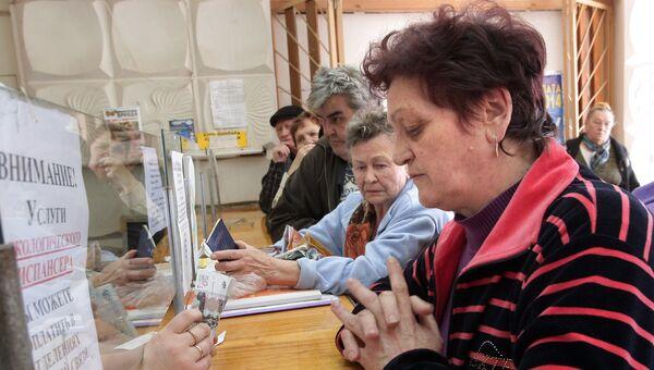 Жительница Крыма получает пенсию в почтовом отделении в Симферополе. Архивное фото