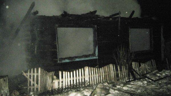 Сгоревший в результате пожара дом в деревне Космаково Ярковского района Тюменской области