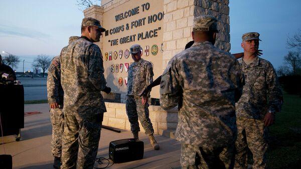 Военнослужащие у главного входа на военную базу Форт-Худ в Техасе