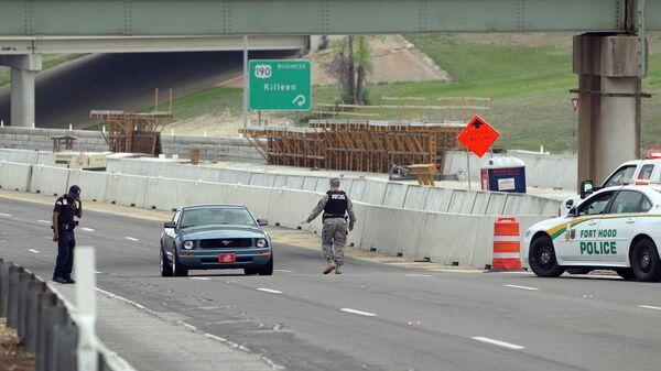 Проверка автомобилей на дороге к военной базе Форт-Худ в Техасе. Фото с места события