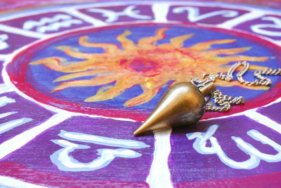 Маятник на астрологическом круге