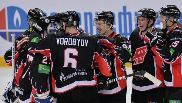 Хоккеисты Авангарда радуются победе. Архивное фото