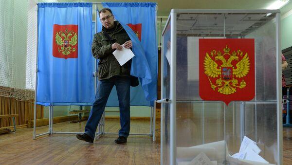 Избиратель голосует на досрочных выборах мэра города на одном из избирательных участков в Центральном районе Новосибирска