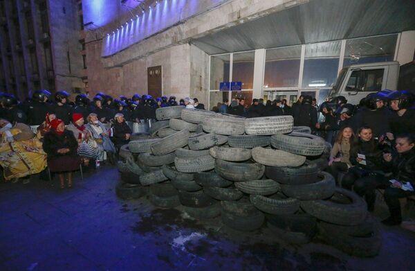 Участники митинга в Донецке, организованного сторонниками референдума о статусе региона, у здания областной администрации