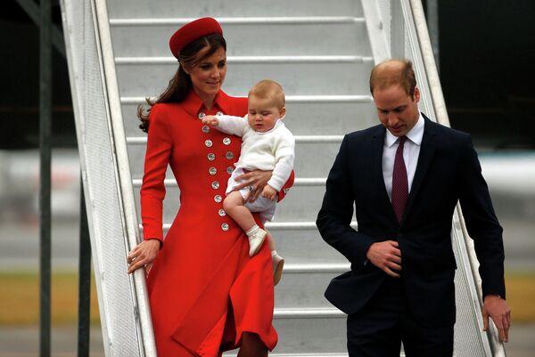 Принц Уильям со своей женой герцогиней Кембриджской Кейт с сыном принцем Джорджем во время поездки в Новую Зеландию