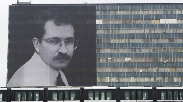 Плакат с изображением В. Листьева вывешен на здании телецентра Останкино