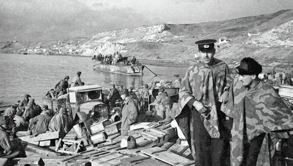 Воины Красной Армии высаживаются на берег Крымского полуострова