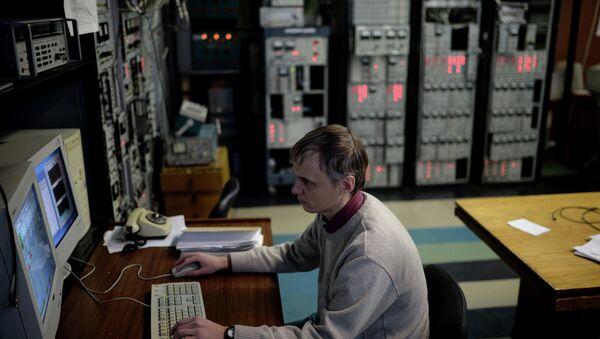Сотрудник научного центра во время работы в Институте ядерной физики. Архивное фото