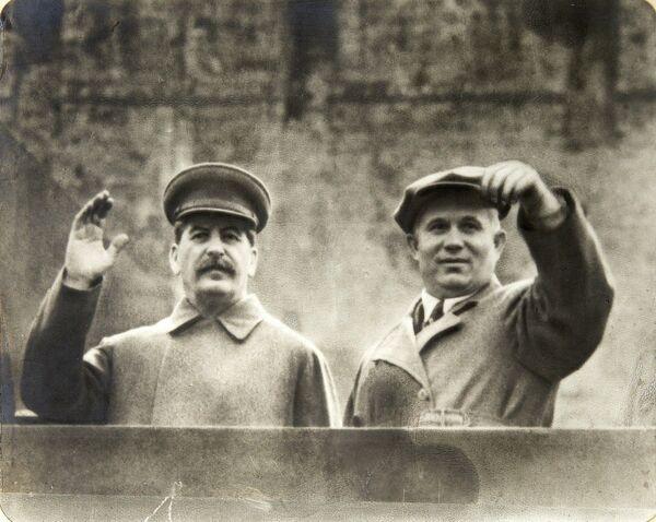 Иосиф Сталин и Никита Хрущев на трибуне Мавзолея Ленина, Москва, 1935-1937 год