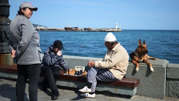 Отдыхающие играют в шахматы на набережной в Ялте. Архивное фото