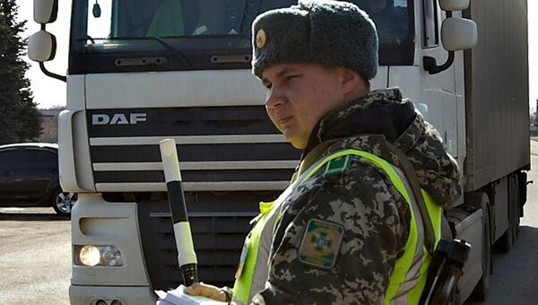 Украинский пограничник на пропускном пункте на российско-украинской границе. Архивное фото