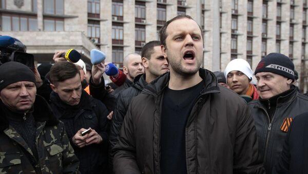 Активист Павел Губарев перед зданием областного административного здания в Донецке. 5 марта 2014