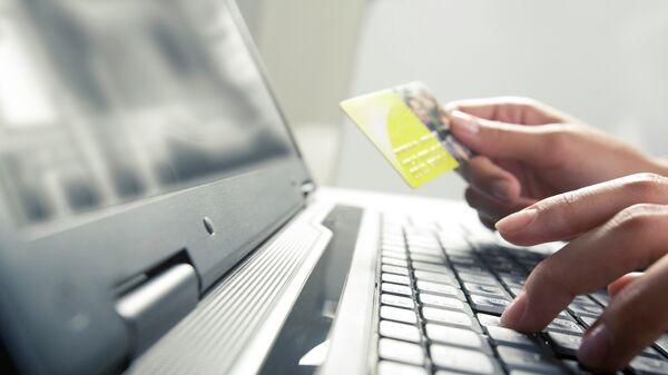 Покупка в интернете. Архивное фото