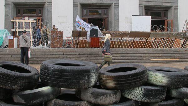 Баррикады у здания областной администрации в Луганске