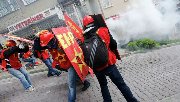 Турецкая полиция применила слезоточивый газ против протестующих в Стамбуле, 1 мая 2014