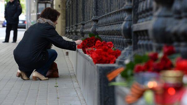 Возложение цветов к посольству Украины в Москве