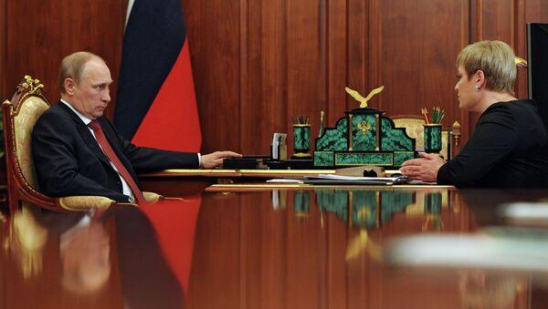 Президент России Владимир Путин и губернатор Мурманской области Марина Ковтун