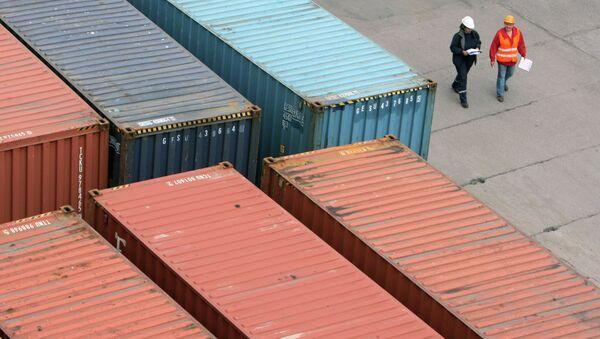 Работа контейнерного терминала. Архивное фото