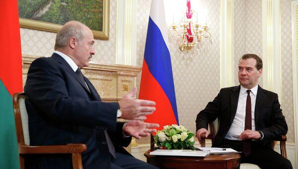 Председатель правительства России Дмитрий Медведев (справа) и президент Белоруссии Александр Лукашенко, архивное фото
