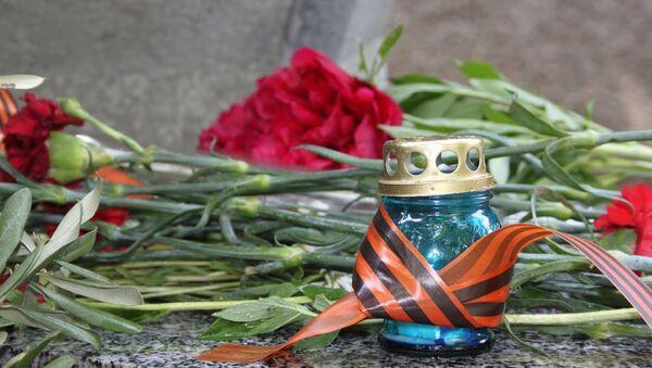 Цветы у памятника в День Победы