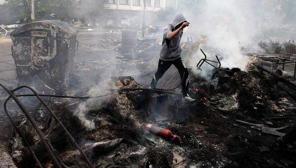 Сожженная баррикада в центре Мариуполя