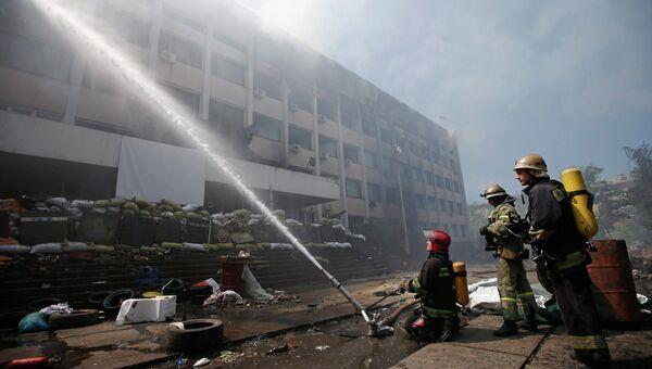 Пожарные тушат пожар в здании горсовета в Мариуполе, 11 мая 2014
