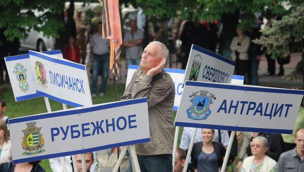 Жители деревень и поселков области на митинге, посвященном объявлению результатов референдума о статусе Луганской республики