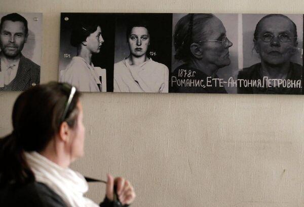 Портреты политзаключенных в музее КГБ в Риге