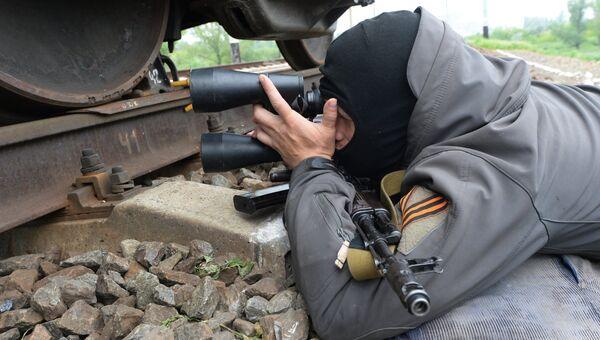 Боец самообороны Славянска на блокпосту. Архивное фото