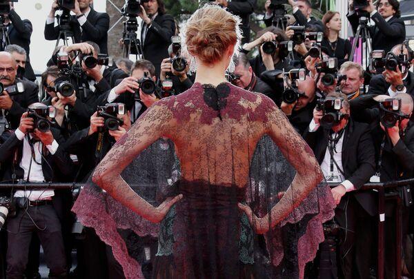 Модель Карли Клосс на церемонии открытия 67-го Каннского фестиваля