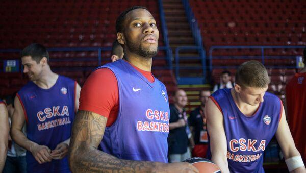 Баскетболист ЦСКА Сонни Уимз (в центре) во время тренировки перед полуфиналом Финала четырех баскетбольной Евролиги