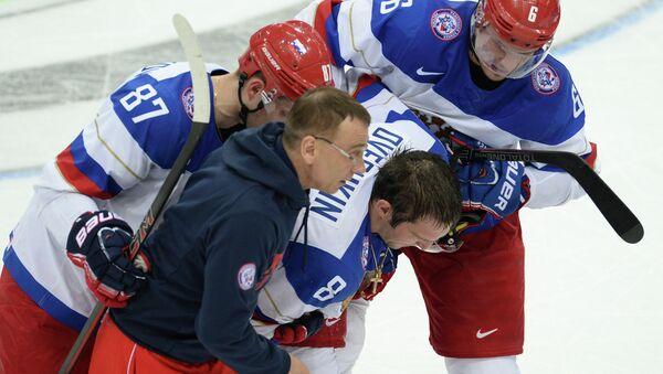 Форвард сборной России Александр Овечкин (в центре) после получения травмы. Архивное фото