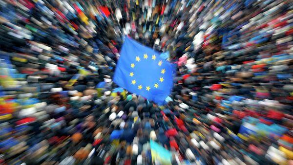 Флаги Евросоюза и Украины во время митинга на Площади независимости в Киеве