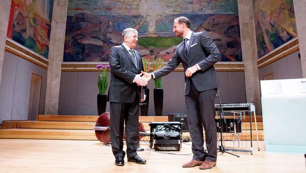 Российский математик Яков Синай и кронпринц Норвегии Хокон во время церемония вручения Абелевской премии